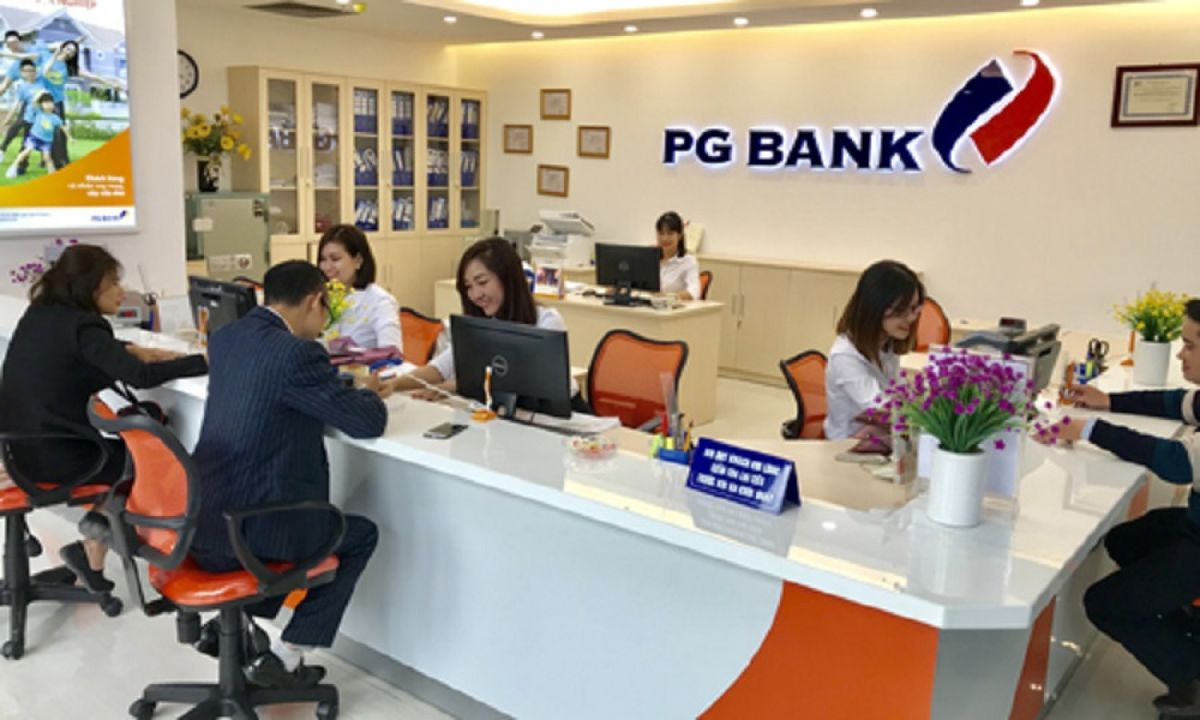 Khách hàng gửi tiết kiệm tại PGBank