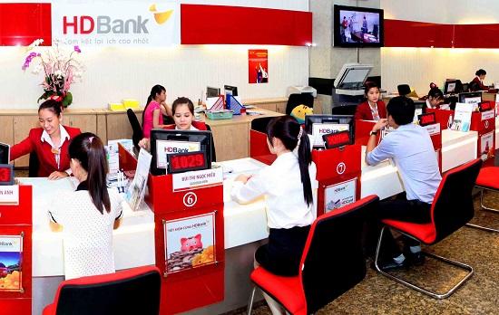 Khách hàng đến vay thế chấp tại ngân hàng HDBank