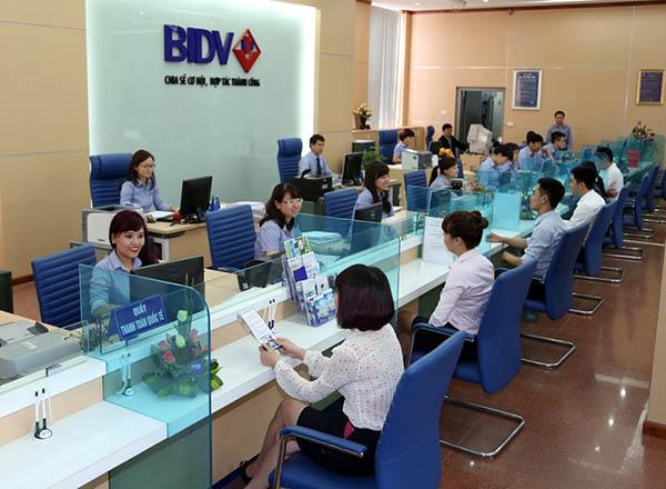 Khách hàng gửi tiết kiệm tại ngân hàng BIDV