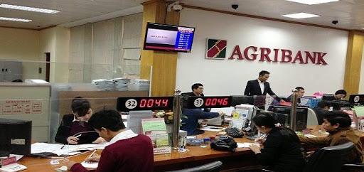 Khách hàng đến gửi tiết kiệm tại ngân hàng Agribank