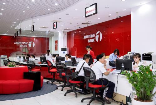 Khách hàng làm thủ tục vay thế chấp tại Maritime Bank