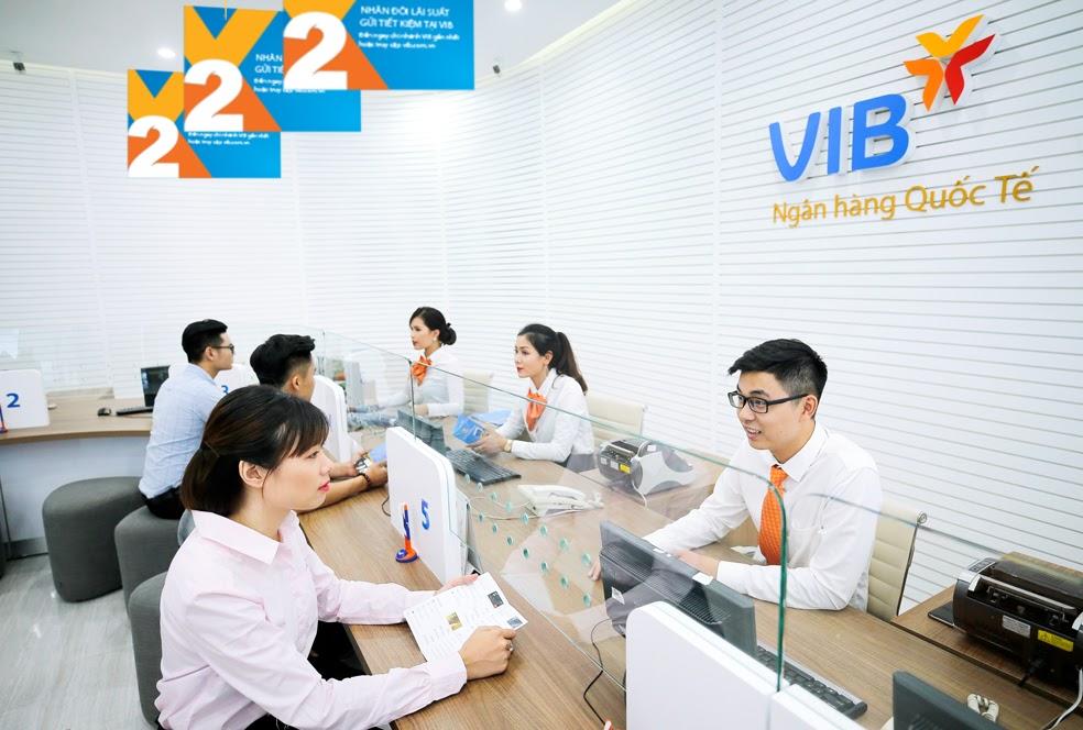 Khách hàng gửi tiết kiệm tại VIB