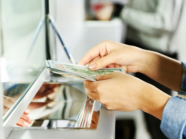 Nhiều khách hàng đến gửi tiết kiệm hàng tháng