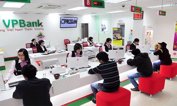 Khách hàng gửi tiế kiệm tại ngân hàng VPBank.