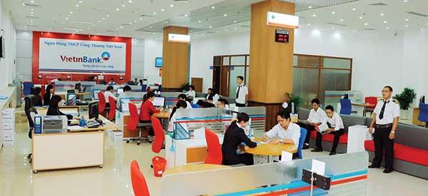 Khách hàng cá nhân và doanh nghiệp đến vay vốn tại ngân hàng Vietinbank