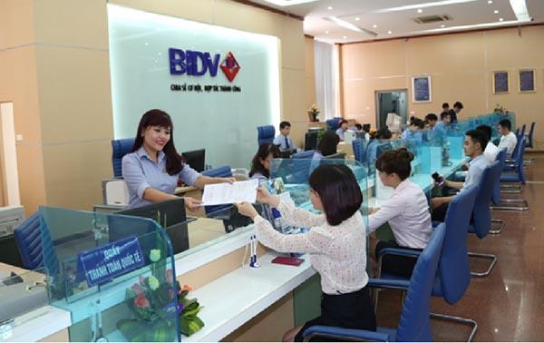 Khách hàng đến vay vốn tại ngân hàng BIDV