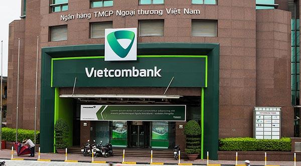 Khách hàng đến Vietcombank vay vốn