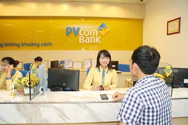Khách hàng làm hồ sơ thủ tục vay tín chấp PVcomBank