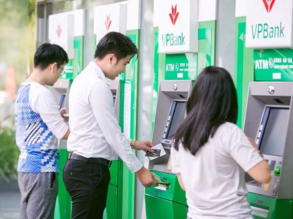 Rút tiền mặt tại cây ATM của VPBank